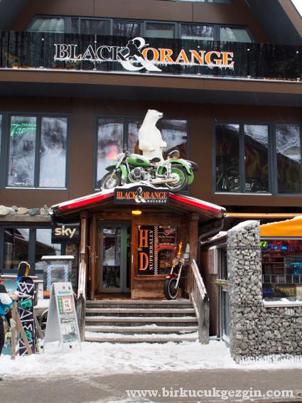 Merkezdeki bir rock bar..
